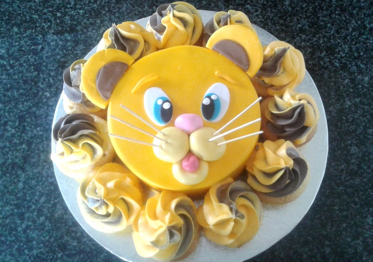 Lion Face Cake & Cupcakes